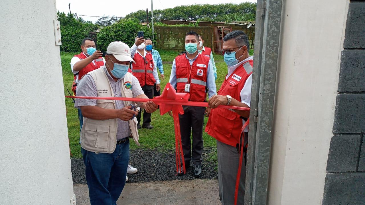 Momento en que el Vicealcalde del Municipio del Crucero, Zacarías Velazquez en compañía del Dr. Oscar Gutiérrez, Presidente de CRN realizan el corte de cinta