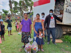 Familias de Lapan en Bilwi, recibiendo Ayuda Humanitaria por parte de Voluntarios de Cruz Roja Nicaragüense