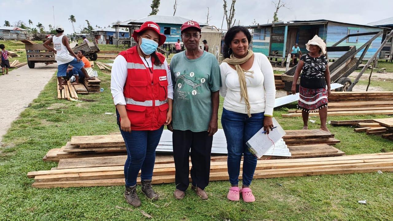 Técnico de proyecto de CRN y representante de WaterAid Nicaragua haciendo entrega de materiales para la rehabilitación de letrinas a familias de la comunidad de Karatá